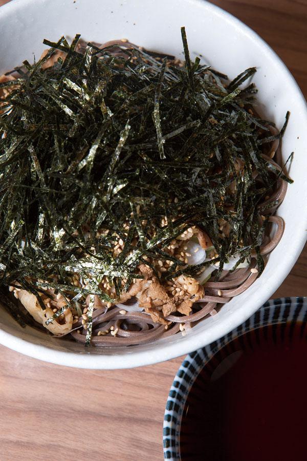 ↑俺の肉そば(冷)(800円)。そばつゆで煮込んで味 付けした牛バラ肉がたっ ぷり。ラー油が効いたつ ゆがそばとよく合う