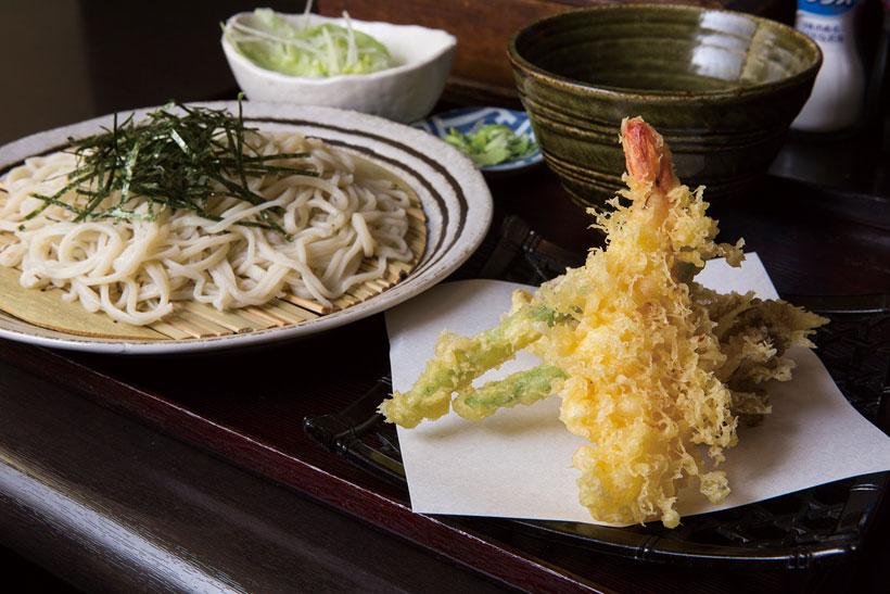 ↑天ざるそば(800円)。天ざるそばの天ぷらのネタは、ご主人が市場で吟味したモノを使う