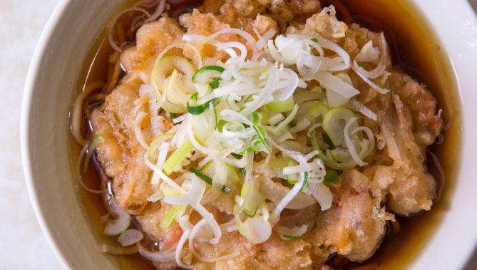 ↑天ぷらそば(390円)。かき揚げの中身は玉ねぎ、春菊、にんじん、干しエビ。揚げ置きながら、サクサクした食感でうまい。つゆを吸ってもまたうまい!