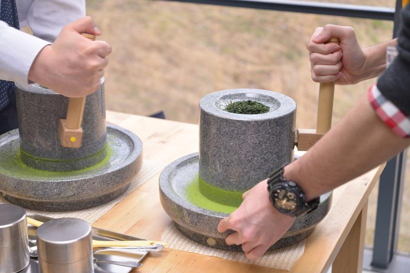 ↑研究センターがある「福寿園CHA遊学パーク」では、茶室で宇治茶体験や茶道マナーを体験できたり、石臼で抹茶を作る体験やお茶の淹れ方教室なども