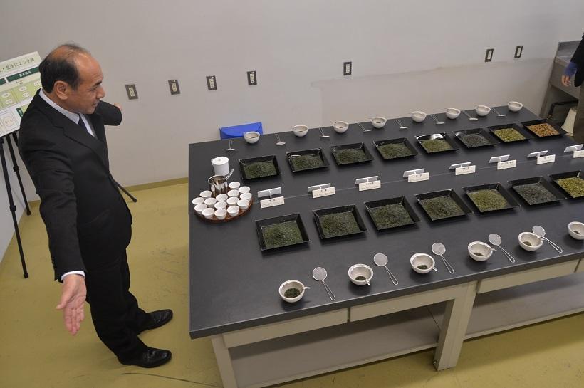 ↑研究センターで茶葉の目利きをレクチャーする谷口茶匠