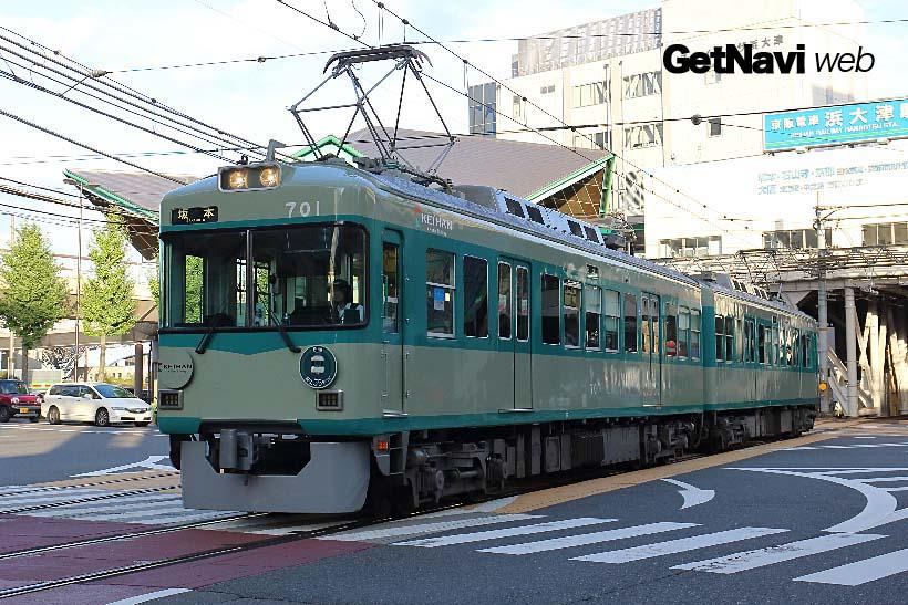 ↑浜大津駅を発車する700形リバイバル塗装車。緑2色で塗られた車体が併用軌道区間を走る