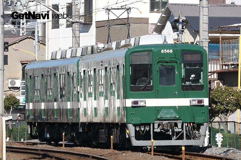 ↑こちらは緑色に白い帯の8000系。昭和30年代に登場した試験塗装車両が再現された