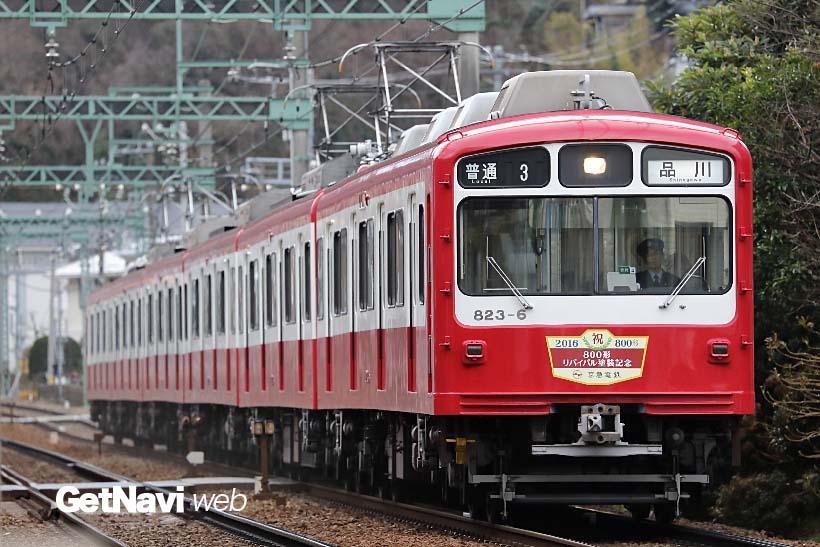 ↑通常の800形は赤一色に白い帯だが、800形リバイバル塗装車両は側面の白い部分が多くなっている