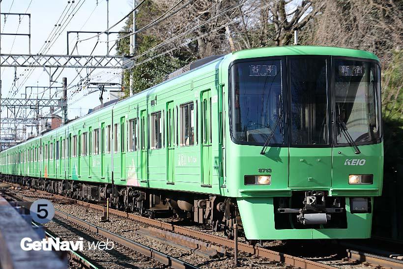 ↑京王線の電車の中では異彩を放つ高尾山ラッピング車。黄緑の車体側面には高尾山のイラストが入る