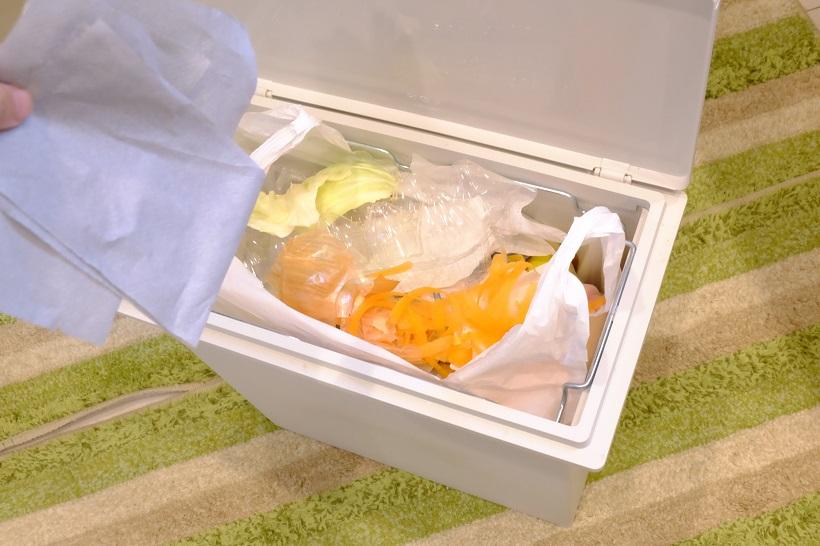 ↑生ゴミが入ったビニール袋の場合は、上からニオイとり紙をかぶせるだけ。使用量の目安は10Lのごみ袋に60cmほど