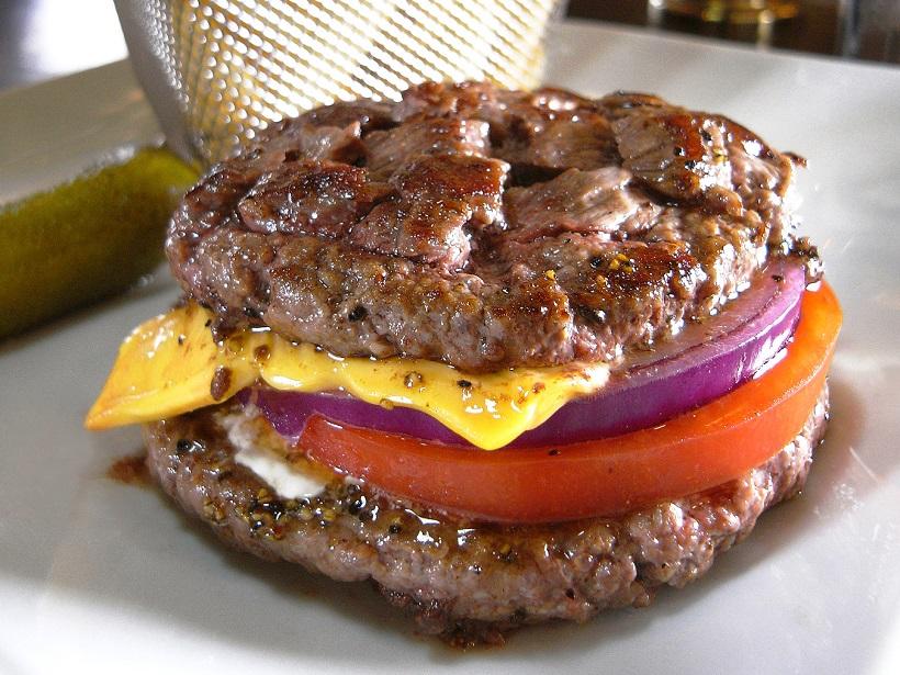 ↑大人気の「ワイルドアウト」(1450円)は上下パティ2枚で240グラムの肉塊。こぼれる肉汁もビーフの出汁がよく出ていて美味!
