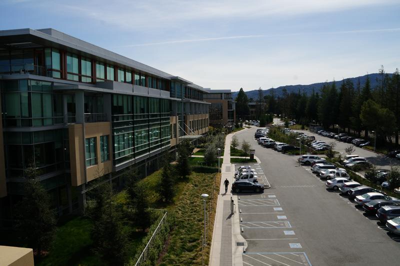 ↑米カリフォルニア州の雄大な自然の中に溶け込むNetflixの本社ビル