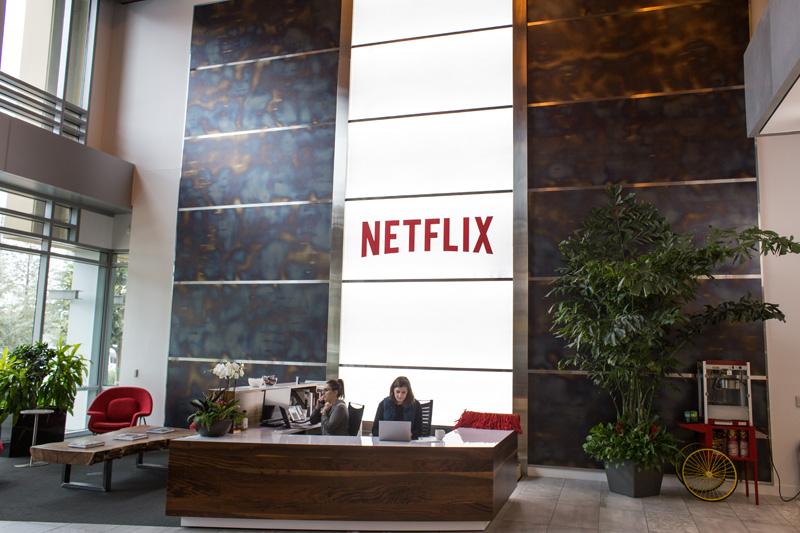 ↑広々としたレセプションにNetflixのテクノロジーが受賞したアカデミー賞/エミー賞のトロフィーが並ぶ