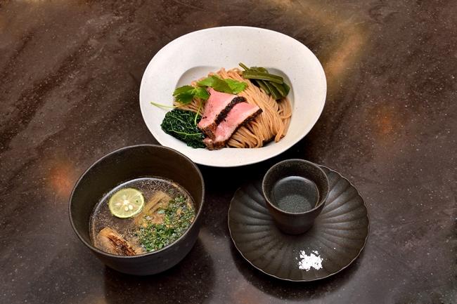 ↑挽きたて小麦つけめん(¥1000)。写真の手前右側は、「薩摩の軌跡」に沖縄の「ぬちまーす」を添えたもの。まずはこちらに麺を浸し、小麦の風味を楽しむところから