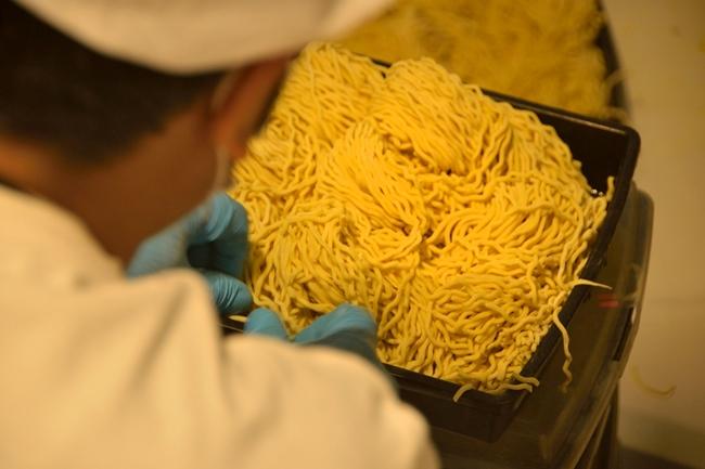↑系列店の麺も、MENSHOで打っています。写真は「油そばGACHI」用の製麺の様子