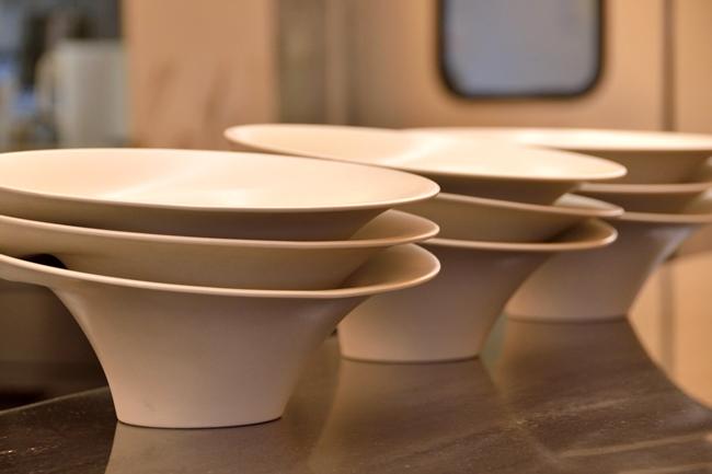 ↑ラーメン、つけ麺ともに金沢の「secca」に特注した器を使用。ラーメンの器は縁が外に広がっており、平らになった部分に具やパウダーなどを配せる形になっています