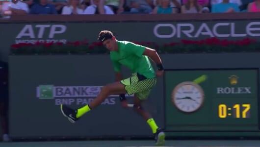 """こんなの取れっこない! テニスの""""股抜き""""ミラクルショットに拍手喝采"""
