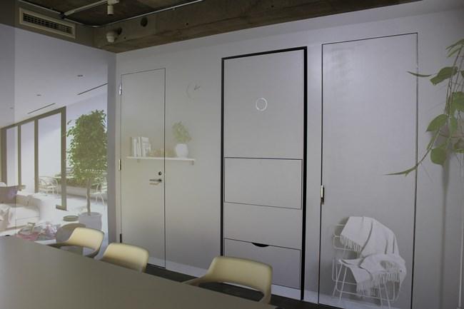 ↑カフェの隣にガラスで仕切られたランドロイドルームでは、カフェで用意した洗濯物をランドロイドが全自動で折りたたむ様子が見られる稼働するティザーモデルが置かれている。このスペースはランドロイド購入者だけが利用可能となっています