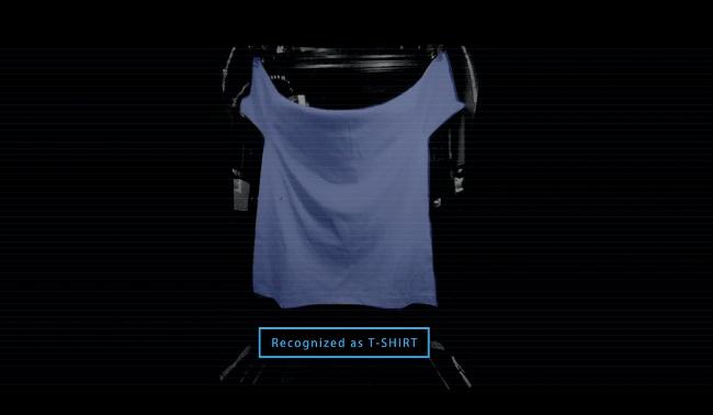 ↑ランドロイドの内部ではロボットアームが1枚ずつ洗濯物を広げ、形状や色柄などを画像解析する