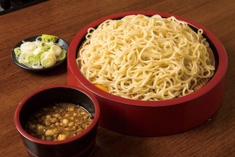 ↑中華もり(大盛)(600円)。中華麺独特の風味が意外に和風のつゆに合う。つゆにわさびを溶いて 食べるとさらにうまい。大盛りにするとボリューム満点