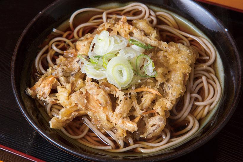 ↑まいたけ天そば(390円)。天ぷらをひと口食べれば、まいたけの独特の風味が口 の中に広がる。まいたけのうまみがしみ出して、つゆも さらにおいしくなる。