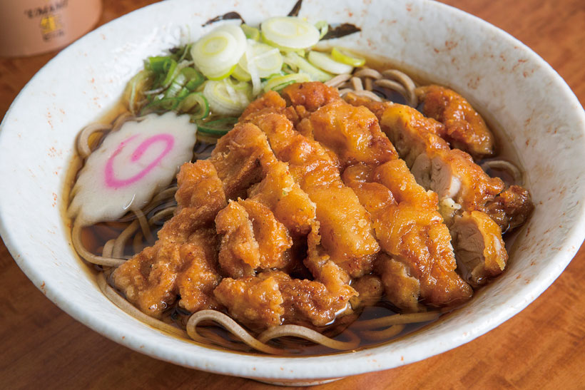 ↑鶏天ぷらそば(490円)。しょうゆの絶妙な下味とパリパリ食感 にハマる。そばは太めでごわっとした 食感。繊細なつゆとの対比が面白い