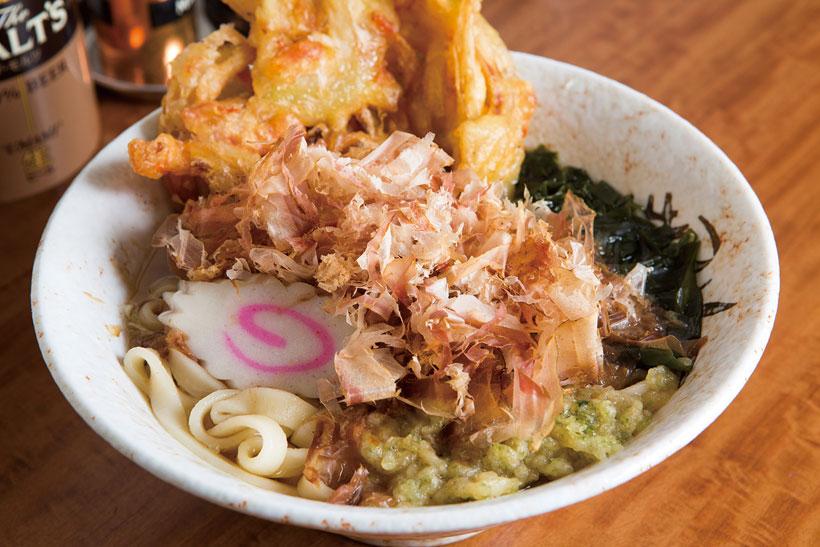 ↑きしめん+天ぷら(380円+110円)。ツルッとしたのどごしのきしめんがうまい。青のり入 り揚げ玉で風味とコクがアップ。天ぷらは玉ねぎの甘み がうれしい王道の味