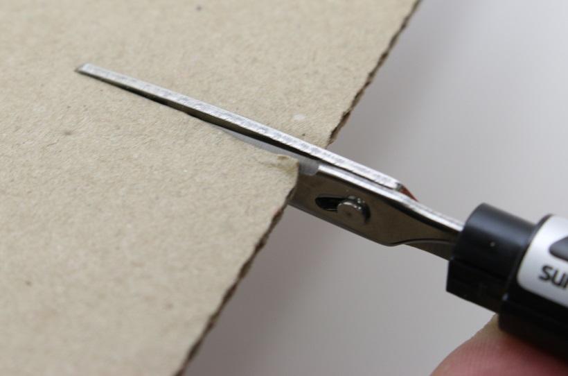 ↑切れ味が高く、段ボールや厚紙でも刃の先端までしっかり切り込める