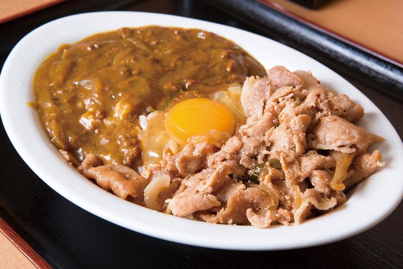 ↑スペシャル丼(玉子入り)(500円)。豚丼とカレーの合いがけメニュー。カレーはホッとす る味だがスパイスが効いていて、豚丼もしょうがが効い ている。生玉子でまろやかさをプラス