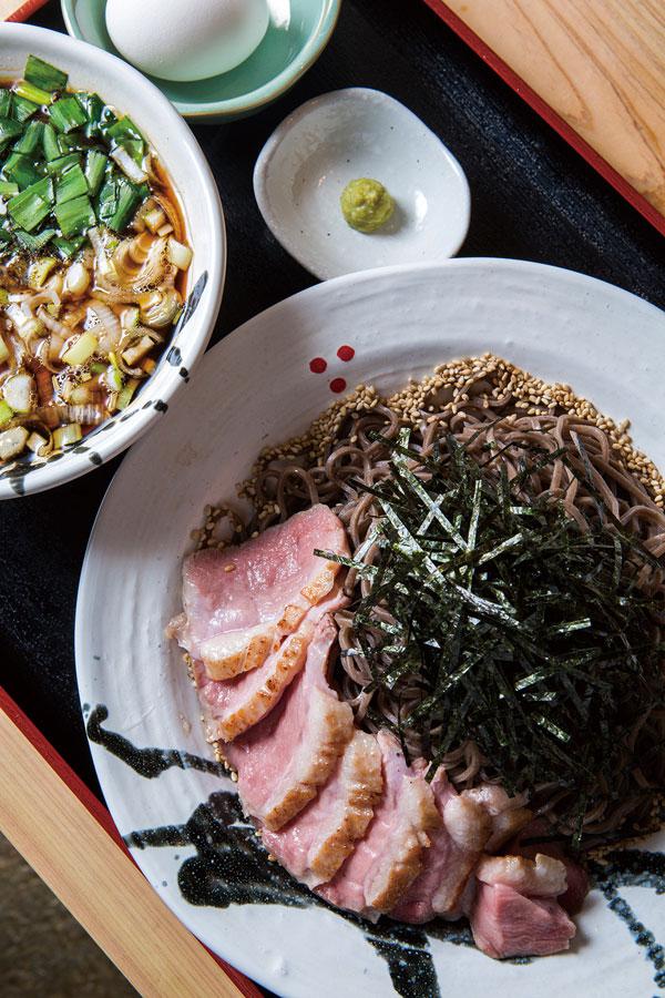 ↑鴨つけそば(880円)。鴨肉は中がほんのり桜 色でベストな火の通り加 減。つけ汁にニラが入っ て風味を格段に高めてい る