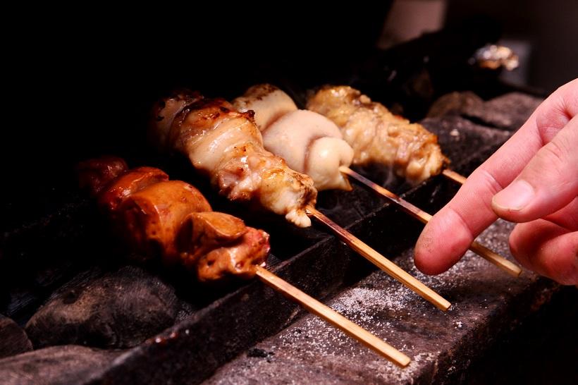 ↑弾力が豊かでコクとうまみが濃厚な伊達鶏を使用。焼き方は火傷のリスクが伴うことで高度な技術が求められる、強火の近火でおいしさを閉じ込めるとともに香ばしく仕上げます