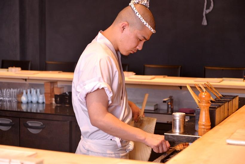 ↑若干28歳にして鳥しきの焼き手を務める小野田さん