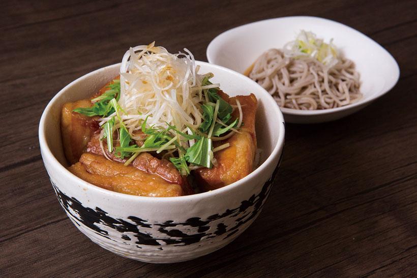↑角煮丼セット(980円)。そばの かえしでじっくり煮た角 煮丼とそばのセット。角 煮はすっと箸が通る柔ら かさだ