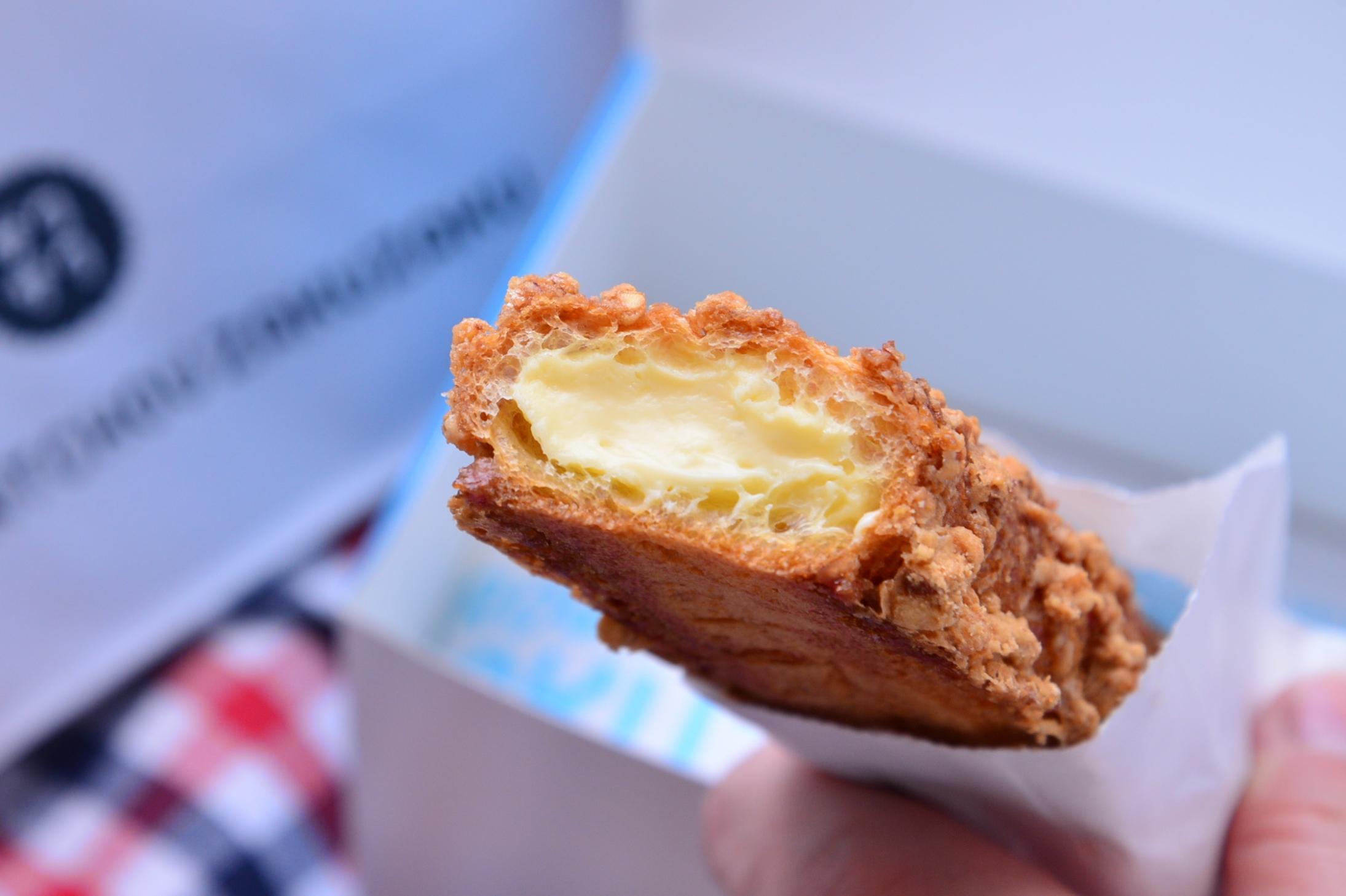 ↑毎日店頭で焼き上げられるクロッカン生地のザクザク食感と、北海道産の放牧牛乳で作ったフレッシュでなめらかなカスタードクリームの風味が楽める