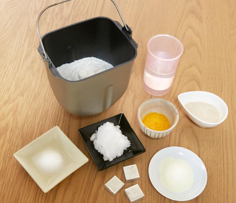 ↑普通のパンは材料を釜に入れて、イーストを投入口に入れれば良いのですが、60分パンは事前準備が必要。イーストをぬるま湯で溶く必要があり、入れる水にもぬるま湯を使います