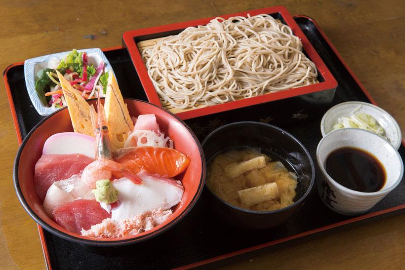↑ちらしと冷たいそばのセット(980円~)。具材豊富なちらし鮨ともりそばのセット。そばののどごしを楽しみな がら、新鮮なネタに舌鼓