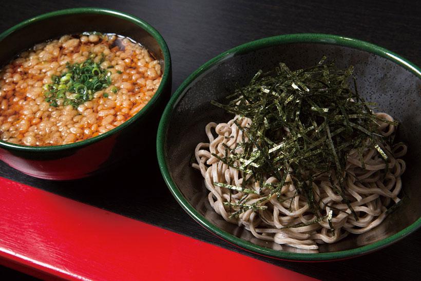 ↑とりつけそば(600円)。もりつゆに入ったラー油はピリッとした風味はあるが、 それほど辛くはない。揚げ玉のコクも加わって箸が進む
