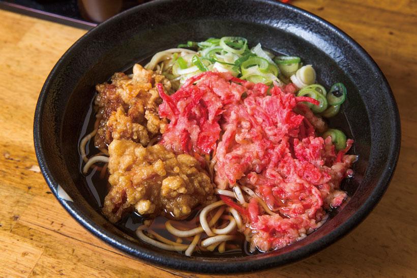 ↑天ぷら小2ヶそば(400円)。写真は紅しょうが天と鶏唐揚げをトッピング。唐揚げ はにんにく、しょうがで下味がつけられ、酒のツマミと しても絶品