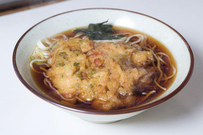 ↑天ぷらそば(300円)。かき揚げは玉ねぎ、にんじん、さつま いも、干しえびを使用。衣自体に甘み があり、つゆに浸して食べると格別