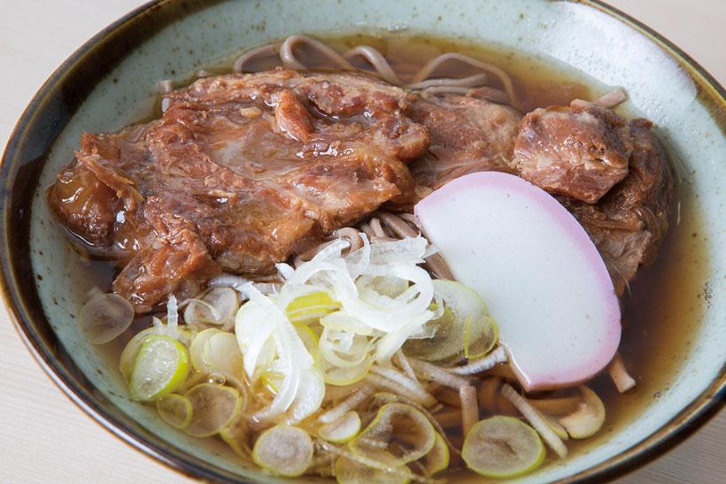 ↑コラちゃーそば(1本のせ)(420円)。豚バラの軟骨をトロトロになるまで煮込んでトッピン グ。とろけるコラーゲンのうまみは一度食べたら忘れら れない