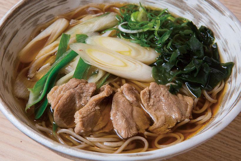 ↑鴨南かけそば(自麺)(600円)。宮城県産の鴨もも肉を使用。 噛めばあふれる肉のうまみ がたまらない。つゆにも鴨 の脂が入ってコクがアップ。 鴨南つけそばも同価格