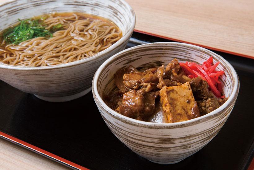 ↑ミニ肉豆腐丼セット(700円)。冬季限定メニューの肉豆腐丼は牛 すじがトロトロ。肉のうまみとワイン の風味、赤だし味噌のコクもたまら ない。赤字覚悟の一品