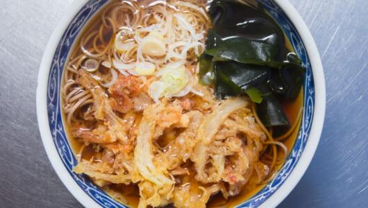 【立ち食いそば】築地といえばココが常識! 新鮮ネタの揚げたて天ぷらに多彩な客が押し寄せる「深大寺そば まるよ」