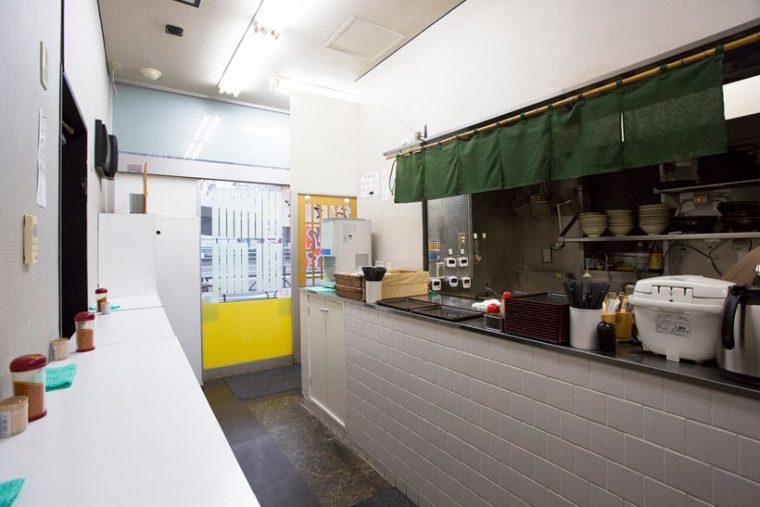 ↑間口も奥行きもそれほど広くない店内に、1日約200人が訪れる。昼は天丼+そばなどセットメニューも人気