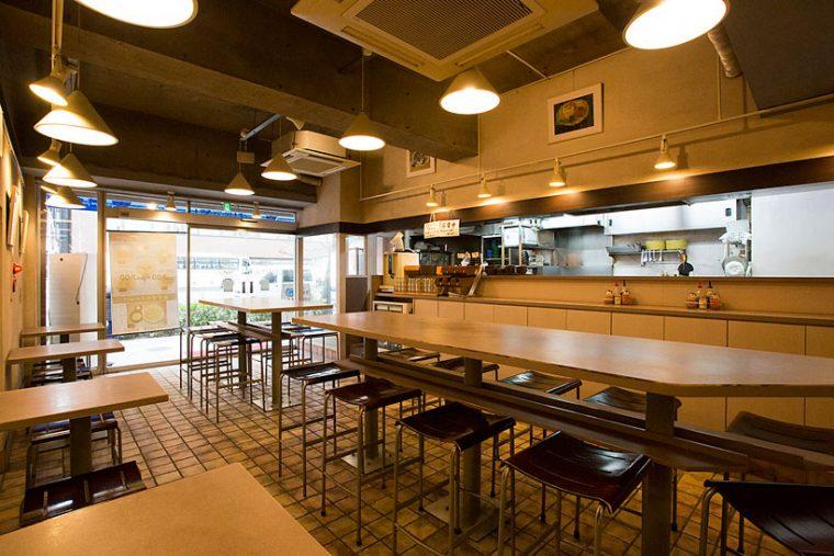 ↑店内はカフェを思わせる開放的な空間