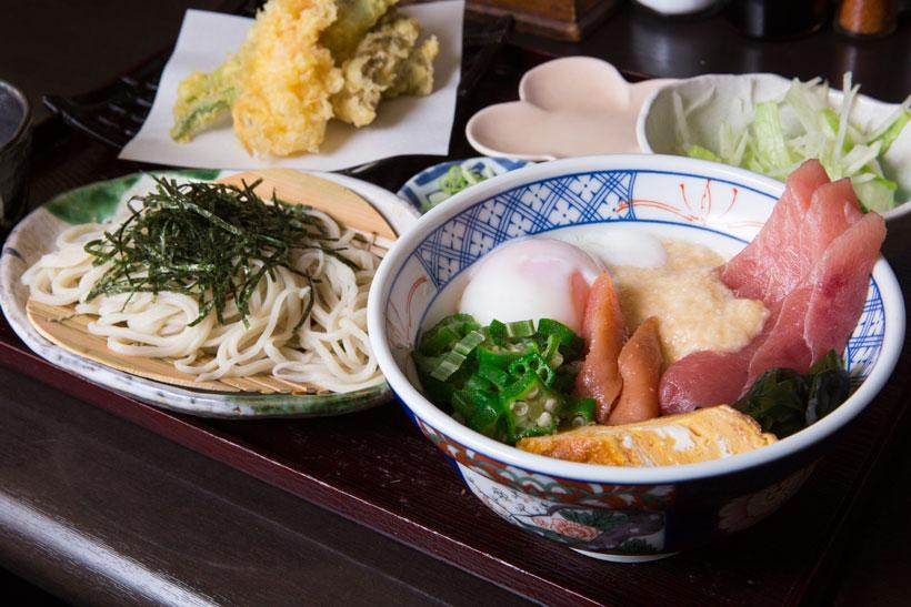 ↑マグロ丼そばセット(天ぷら付き)(1100円)。まぐろ丼はまぐろと旬のネタ、オクラ、温玉などが入っている