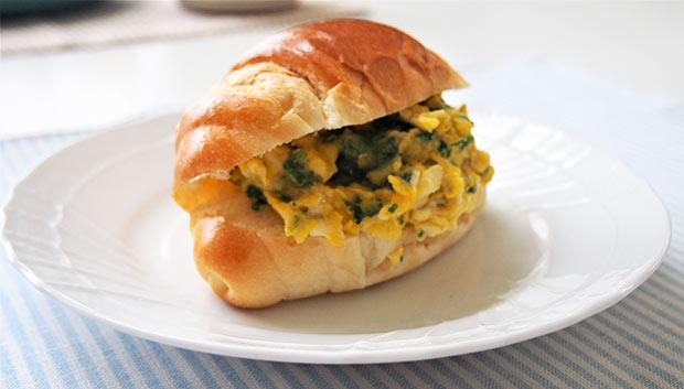 子どもが寝坊した朝は、オムレツをパンにはさめば素早く食べられます。