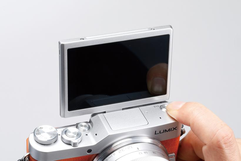 ↑液晶の跳ね上げに連動して、上面の「Fn3」ボタンがシャッターに。自撮りでも右手でシャッターを押せる