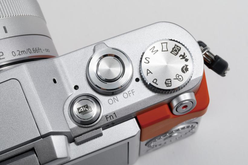 ↑シャッターボタンの脇に「4Kフォト」ボタンを配置。素速く4K連写に切り替えられ、チャンスを逃さない