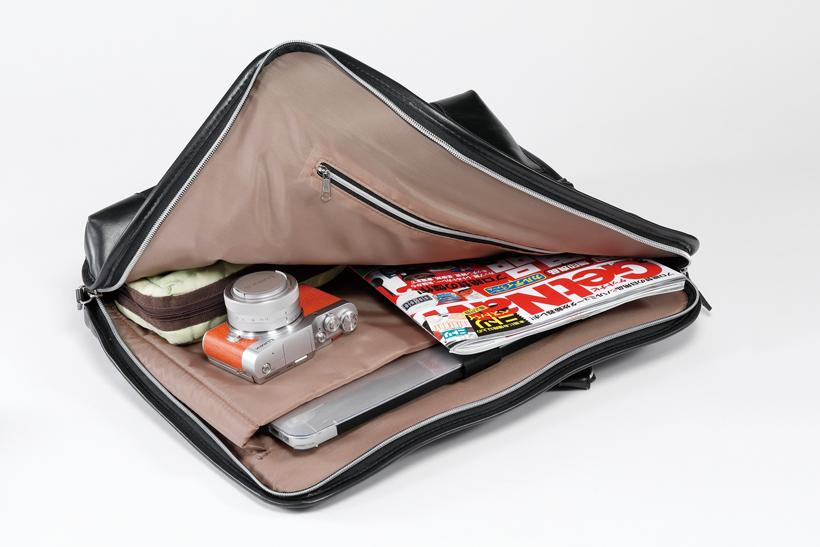 ↑B4サイズバッグのわずかな隙間にも入る小ささ。小旅行はもちろん、出張先での記録などビジネスシーンでも活用できる