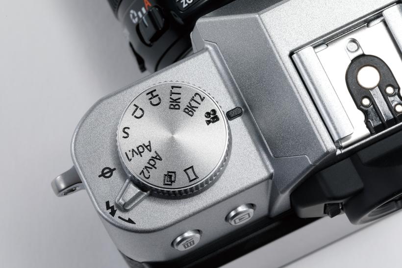 ↑上面のドライブダイヤルに動画撮影モードを用意。4K/30pで約10分間の本格的な動画撮影に対応する