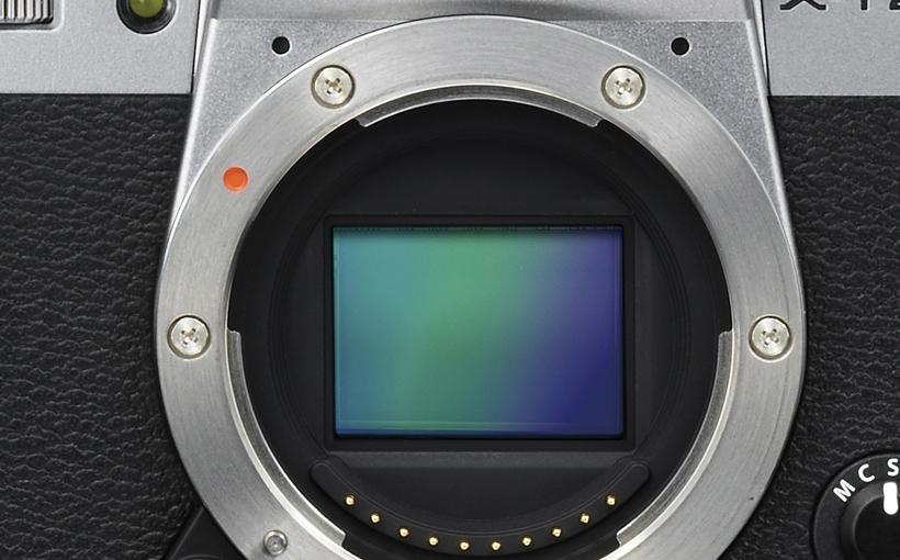 ↑「X-Trans CMOS Ⅲ」センサーは、像面位相差AFに対応。AF測距点は最大325点で、高精度なAFが可能だ