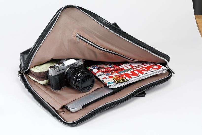 ↑キットレンズが大きく、薄いバッグに入れるにはギリギリ。旅行カバンやカメラバッグを用意したほうが安心だ