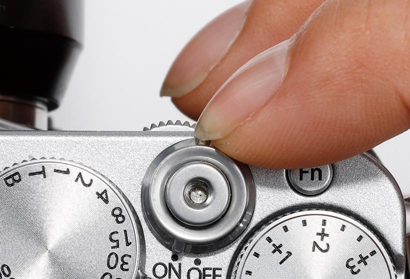 ↑シャッターボタンの基部に電源ボタンを配置し、指一本だけで起動から撮影まで行える。起動も高速で、すぐに撮影可能